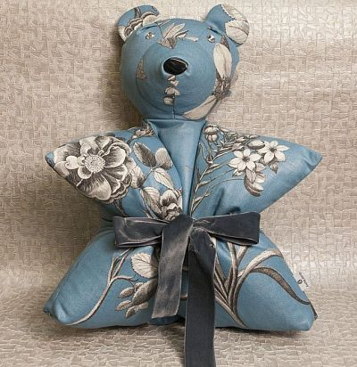 Подушка-медведь с принтом цветы Sanderson blue flowers Sanderson